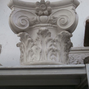 Capitello neoclassico in stucco. Capitelli: Rif. 516